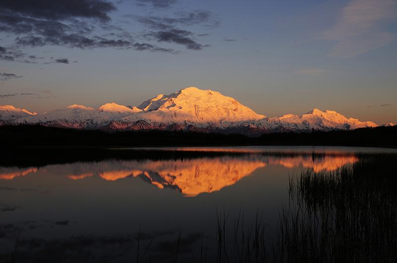 Mt.Mc Kinley im Abendrot spiegelt sich im Reflection Pond, © Thomas Sbampato