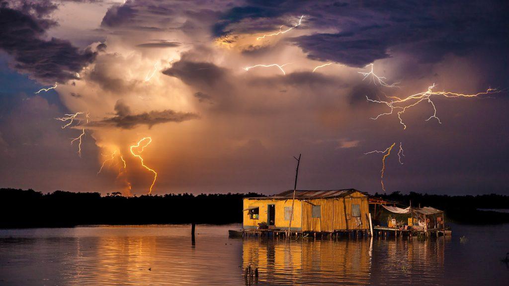 Typisches Maracaibo-Gewitter über den Stelzenhäusern von Congo Mirador