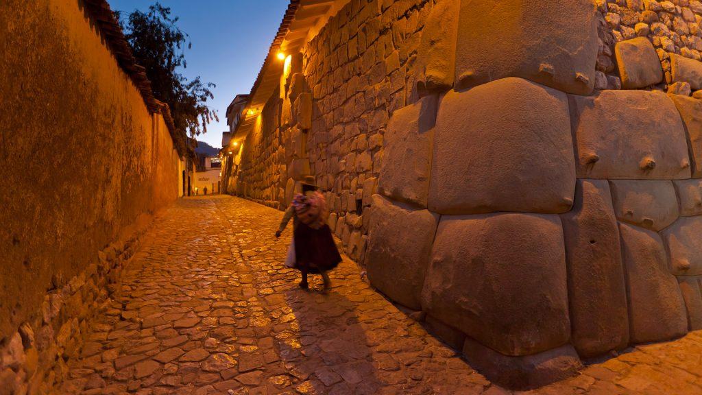 Nachts in den alten Gassen von Cuzco