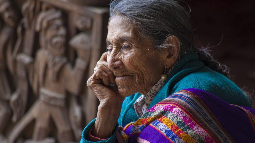 Alte Frau in der Kirche von Tinco