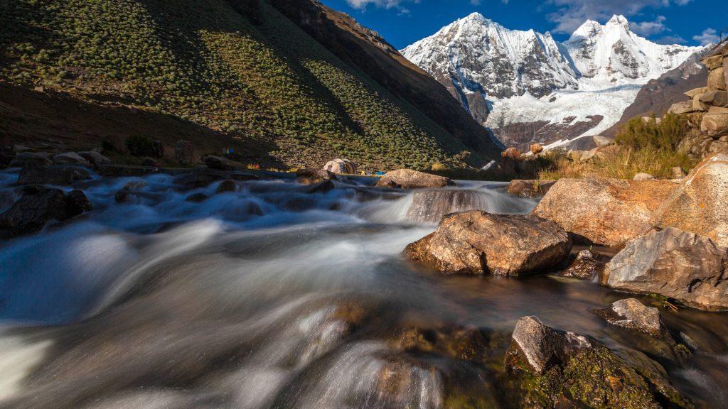 Fluß im Jahuacocha Tal in der Cordillera Huahuash
