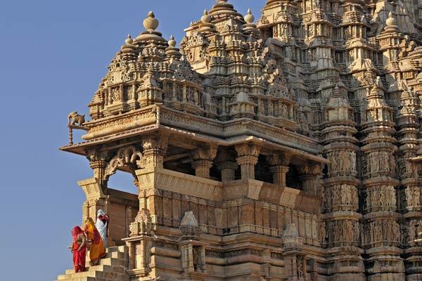 Frauen verlassen den Lakshmana Tempel, Khajuraho, Madhya Pradesh