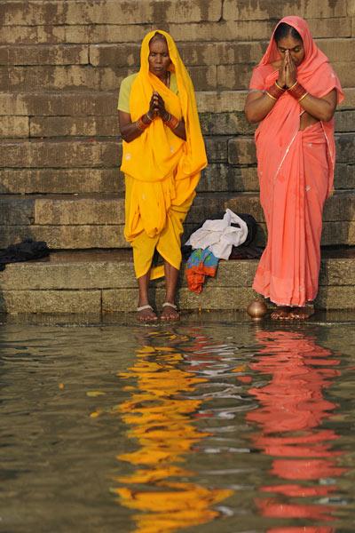 Vor dem Bad, Ghats, Varanasi, Uttar Pradesh