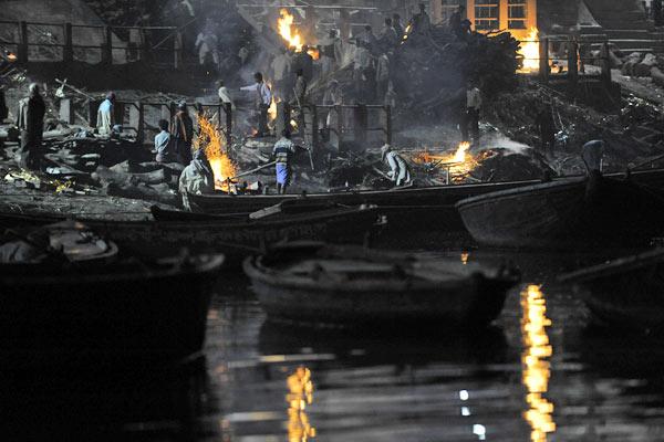 Scheiterhaufen am Manikarnika Ghat, Varanasi, Uttar Pradesh
