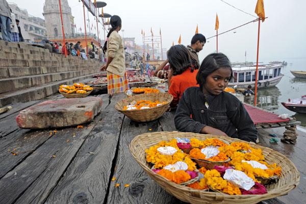 Kinder verkaufen Opfergaben, Ghats, Varanasi, Uttar Pradesh