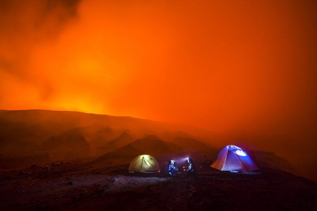 Die Nacht im Vulkan. Man braucht keine Taschenlampe, aber eine Gasmaske.